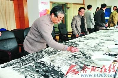 合肥报业传媒集团成立一周年, 名家挥毫 笔 墨庆生,张仲平在创作山水长卷记