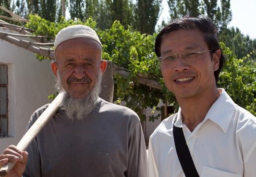 在南疆库车县与维吾尔族农民